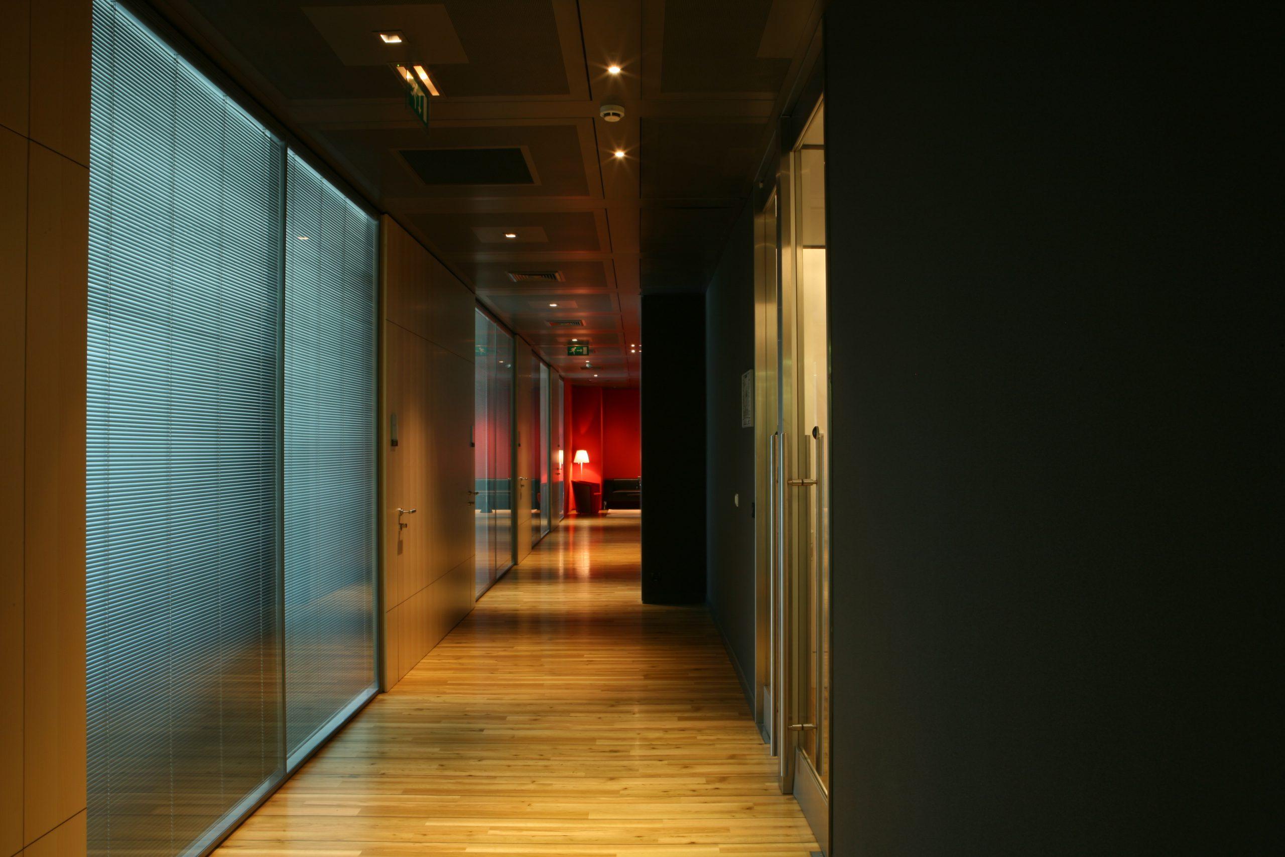 Couloir en parquet et cloisons modulaires