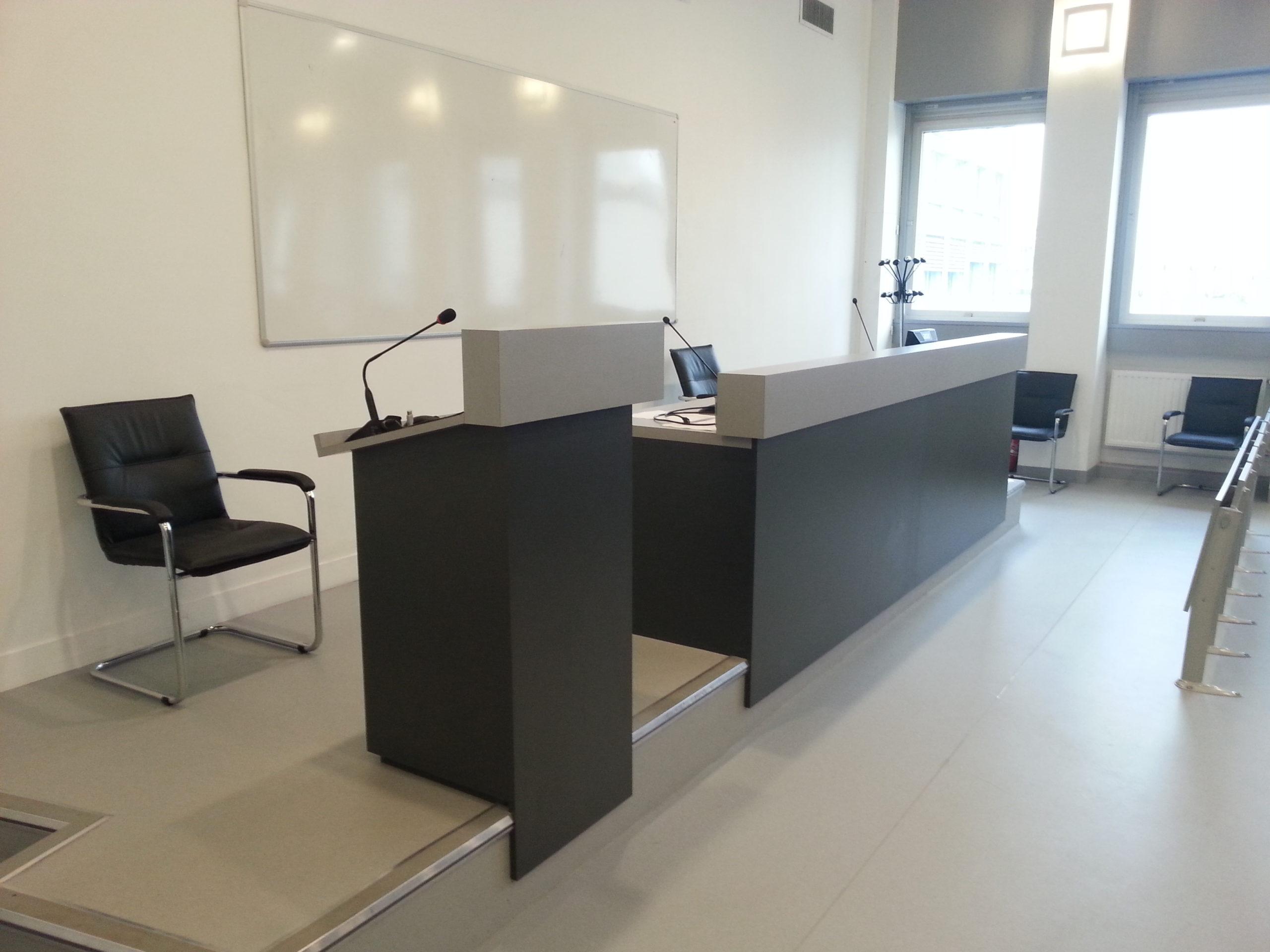 Bureau dans une salle de classe