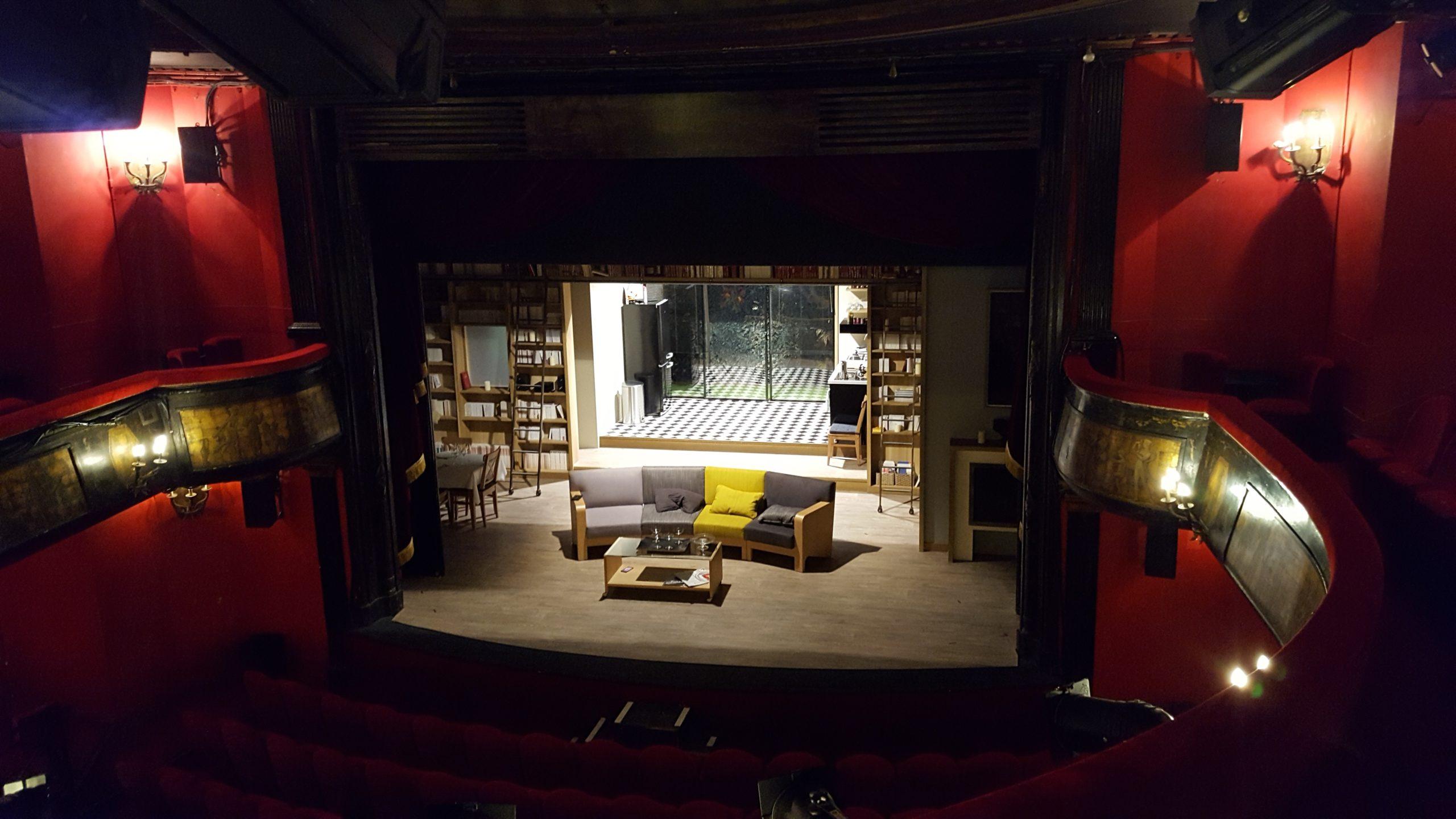 Vue d'une scène décorée de théâtre