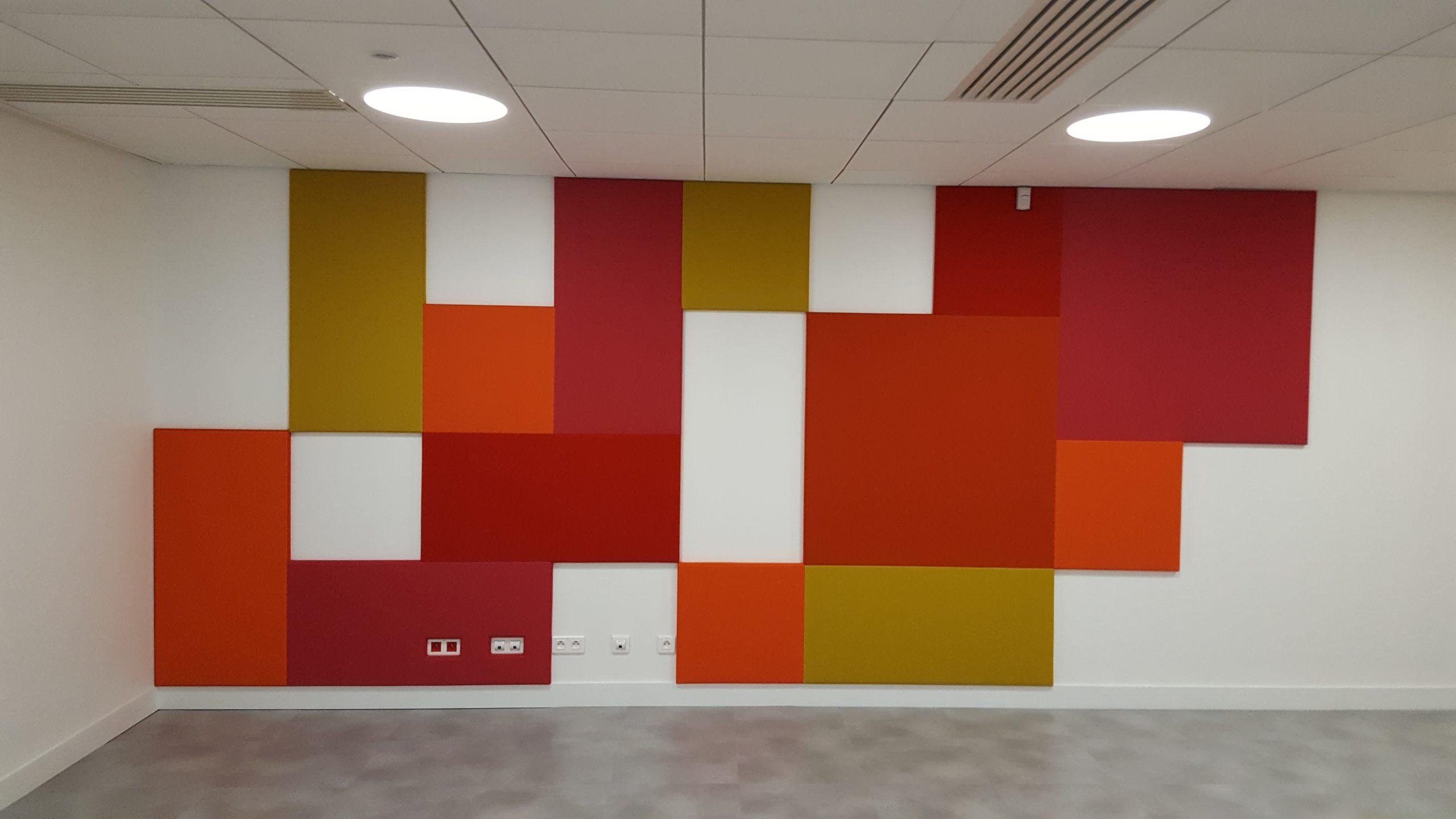 Habillage mural de couleur rouge, ocre et vert