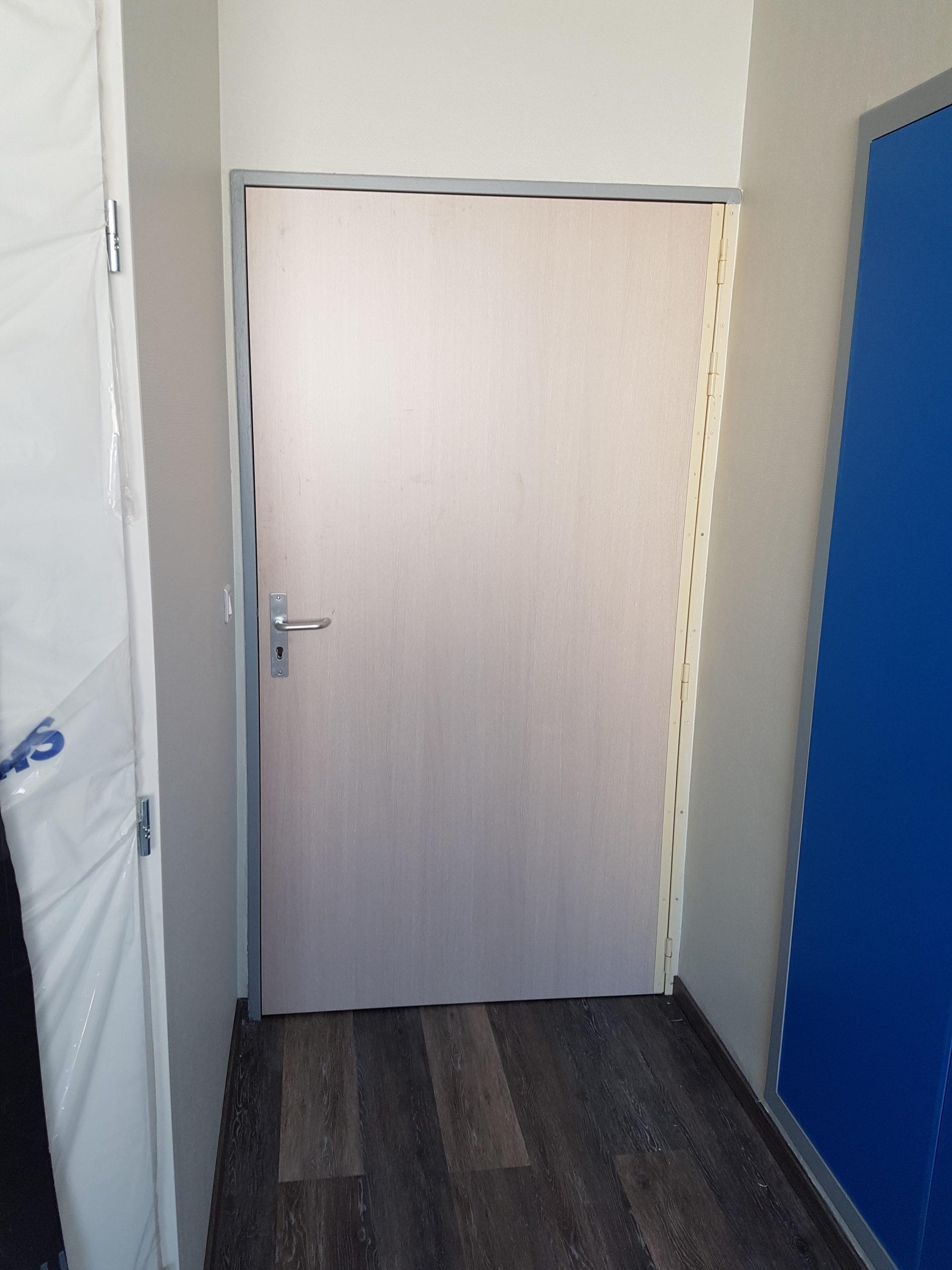 Porte intérieure dans une chambre d'hôpital