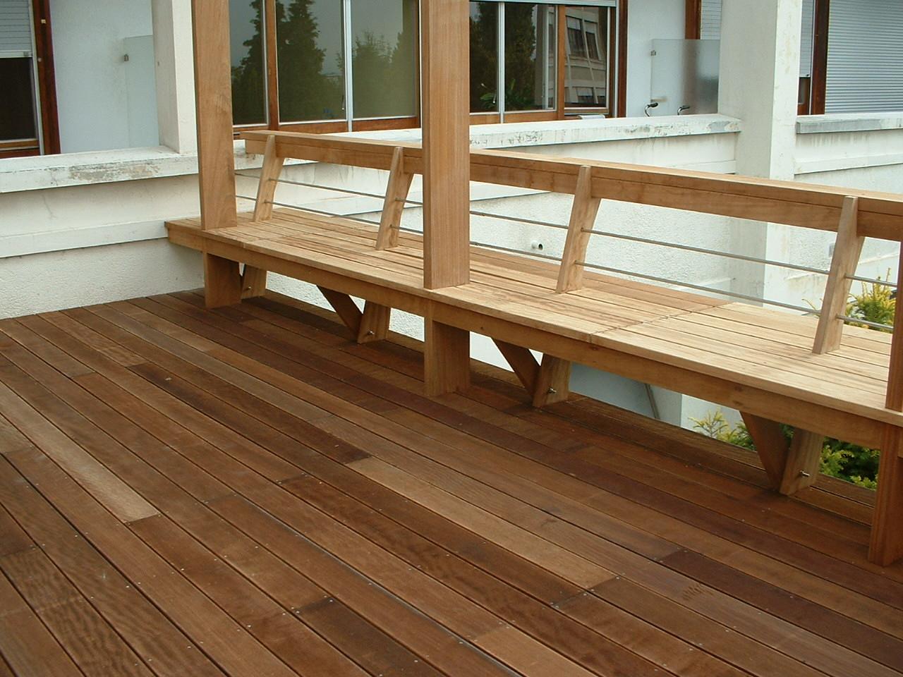 Banc et terrasse en bois