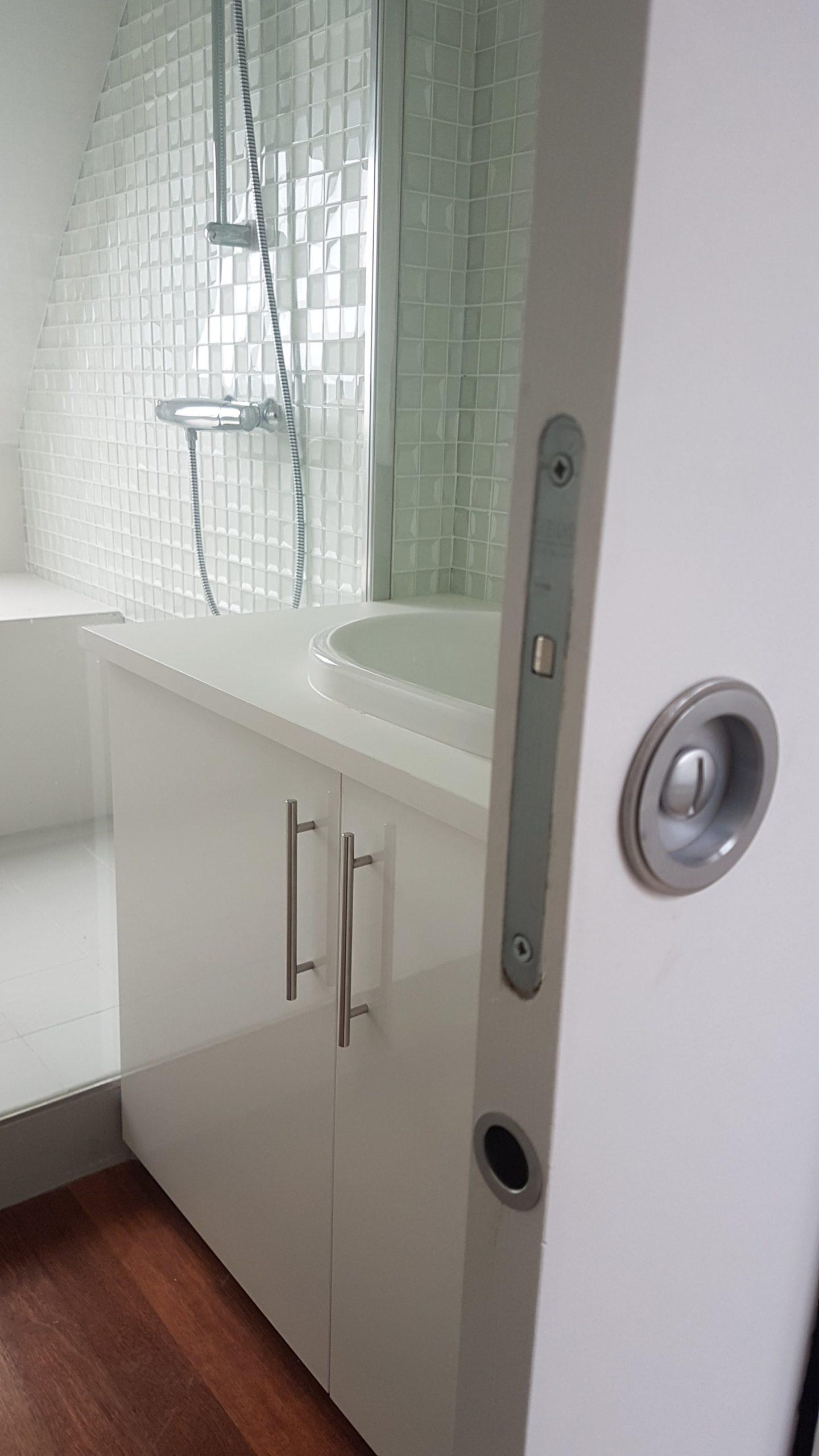 Porte à galandage sur une salle de bain