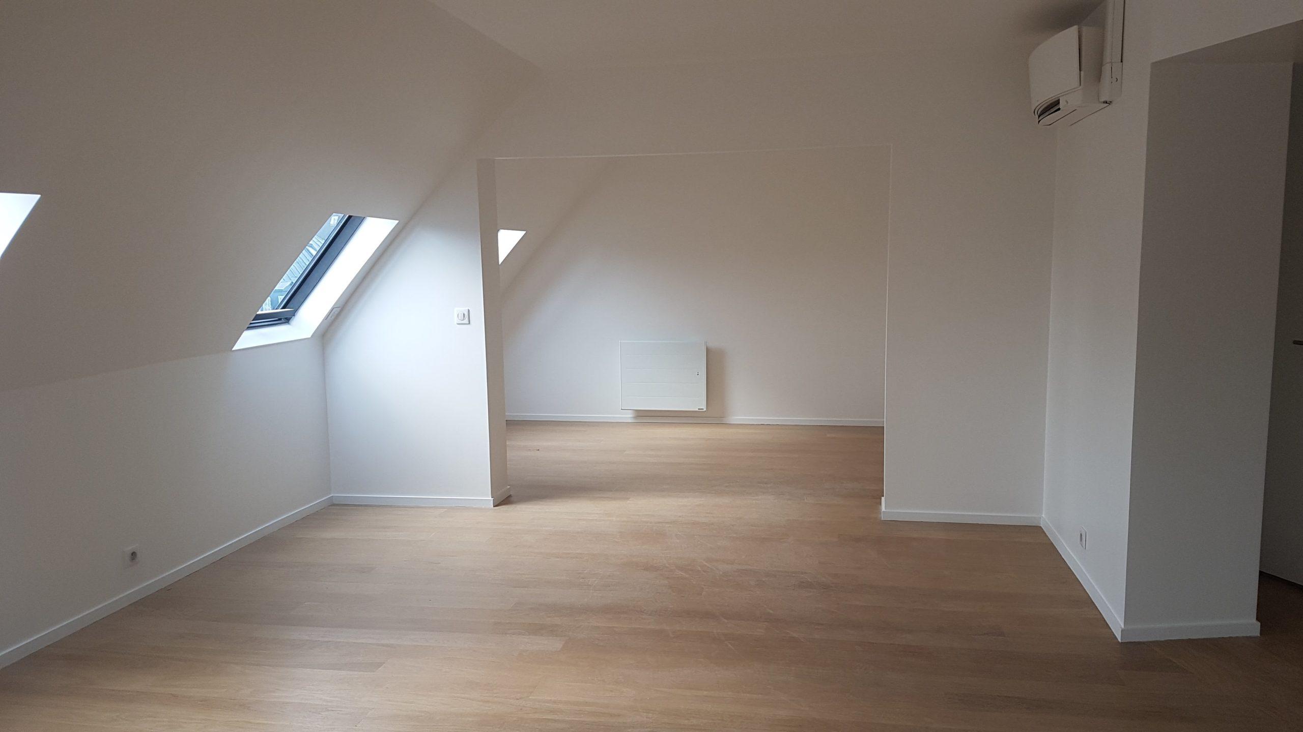 Vue d'une pièce sous pente avec sol en parquet