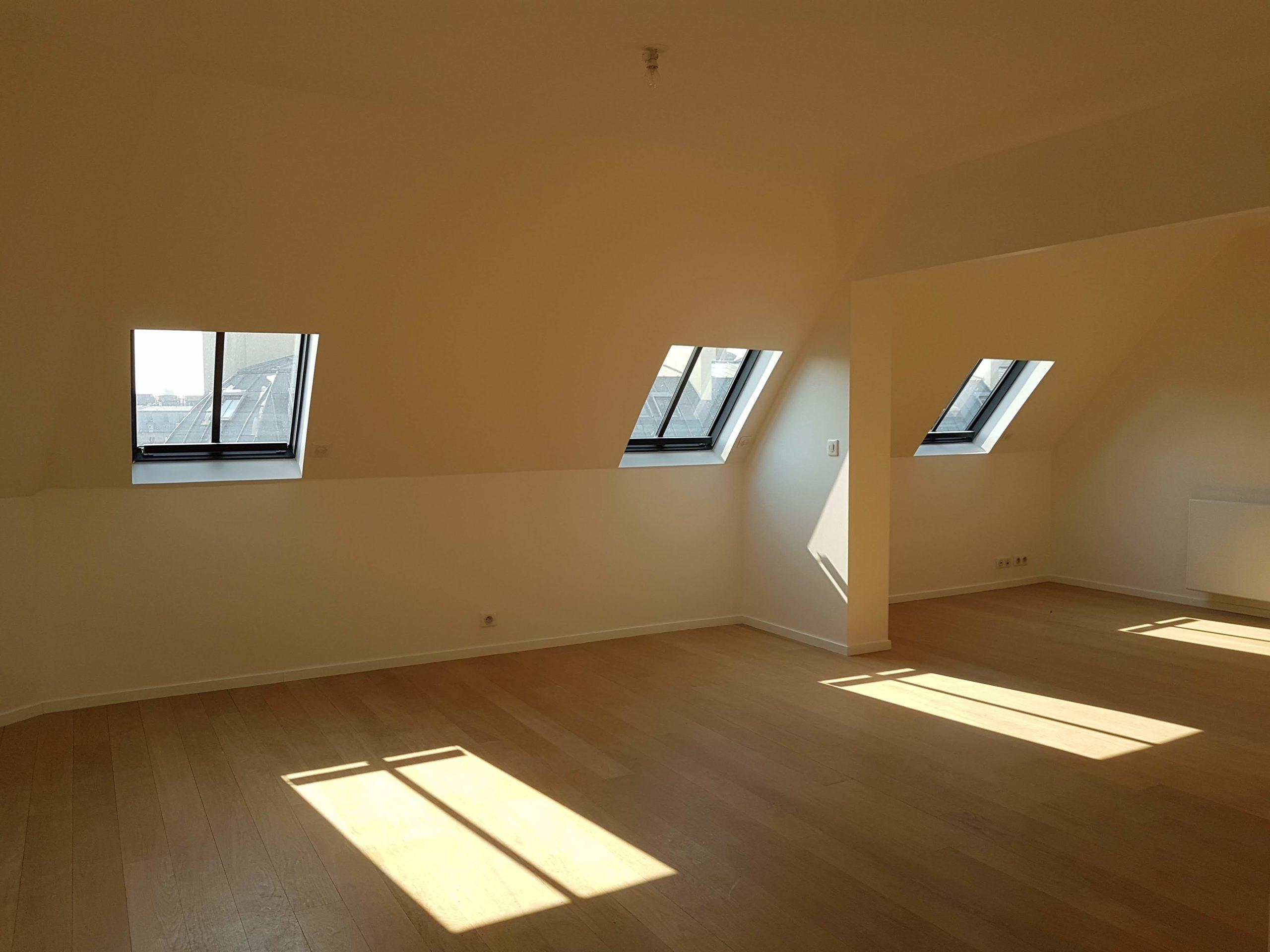 Pièce avec fenêtres de toit
