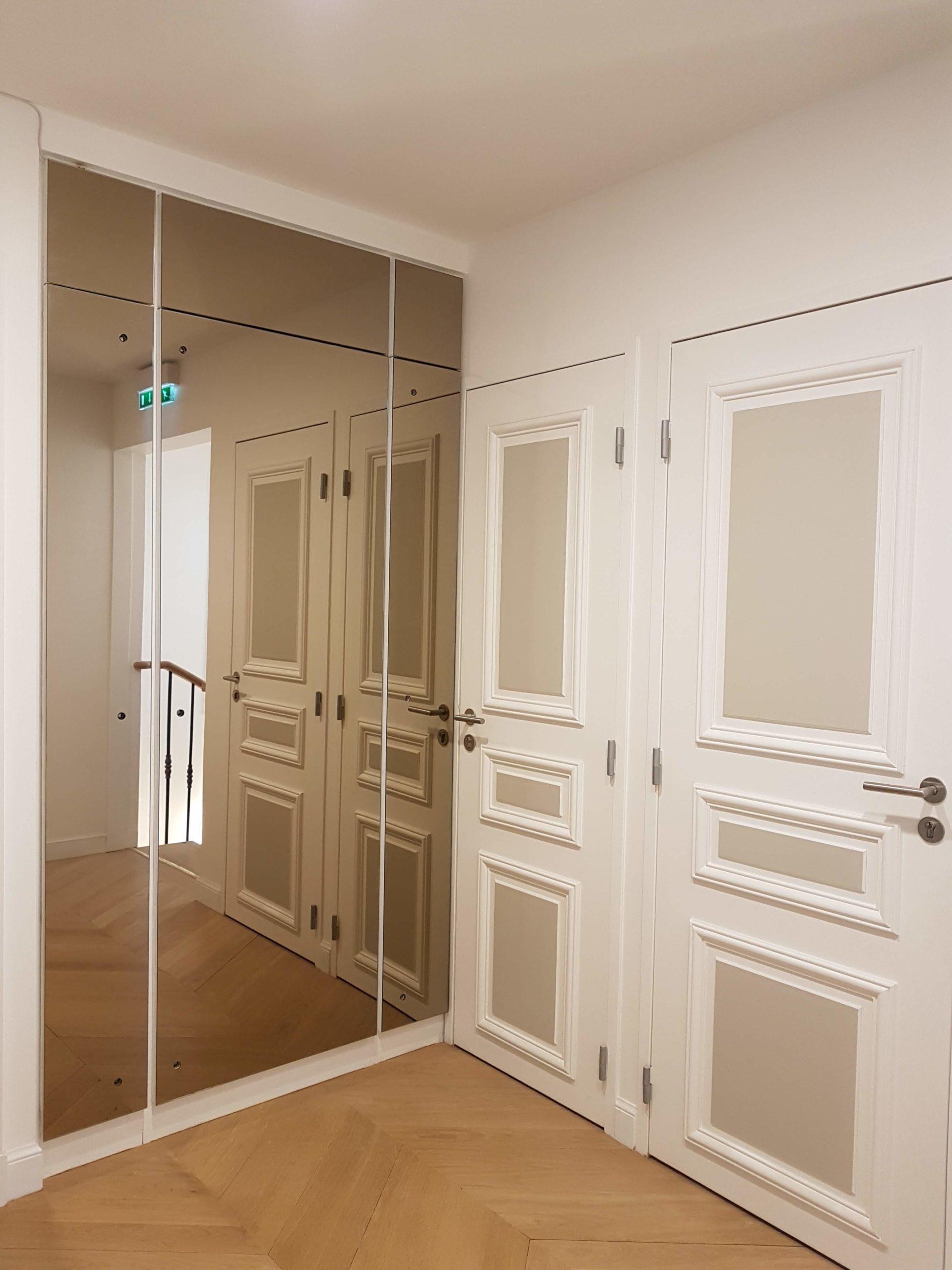 Entrée avec placards vitrés et portes moulurées