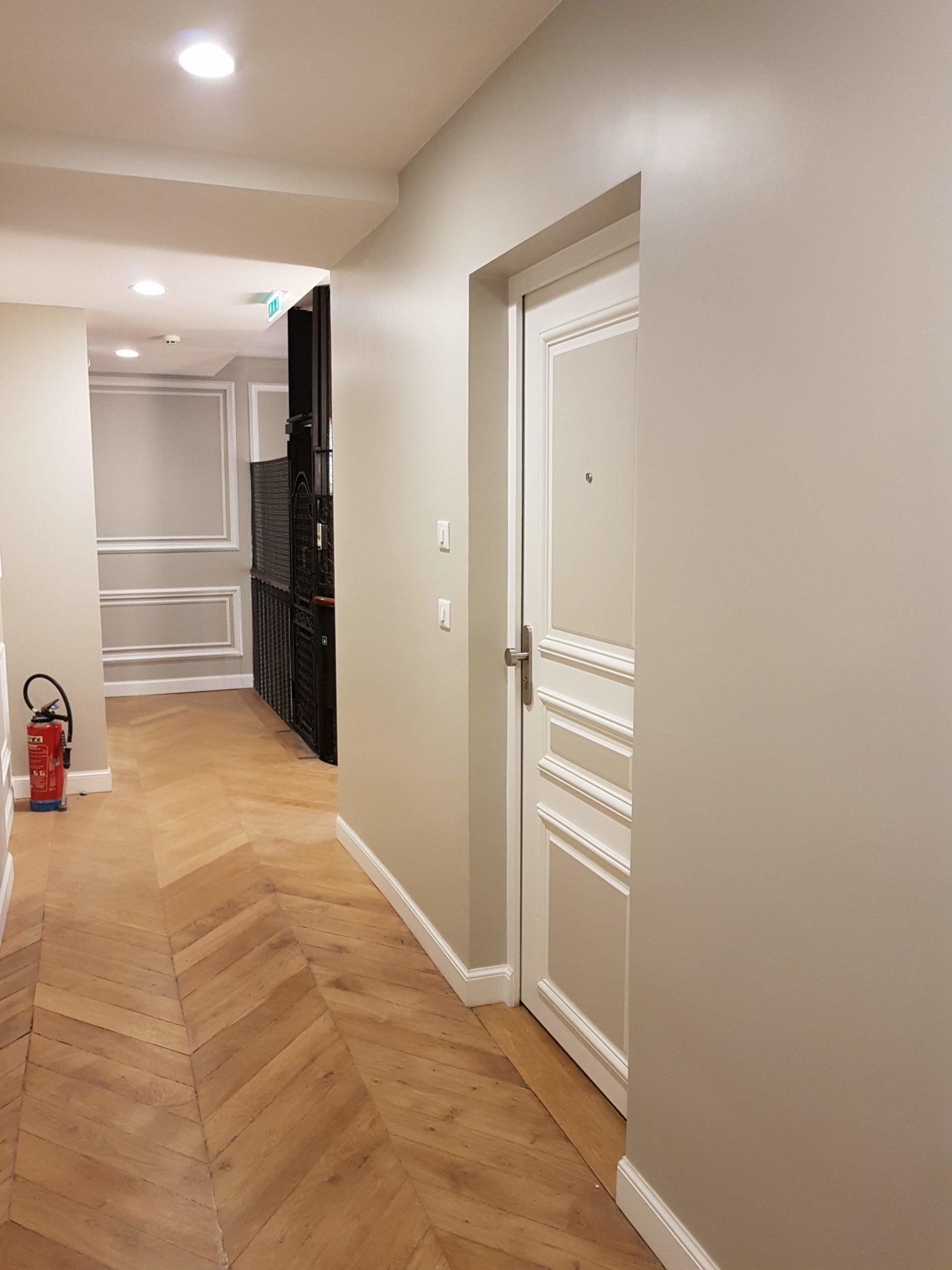 Couloir avec parquet en pointe de Hongrie
