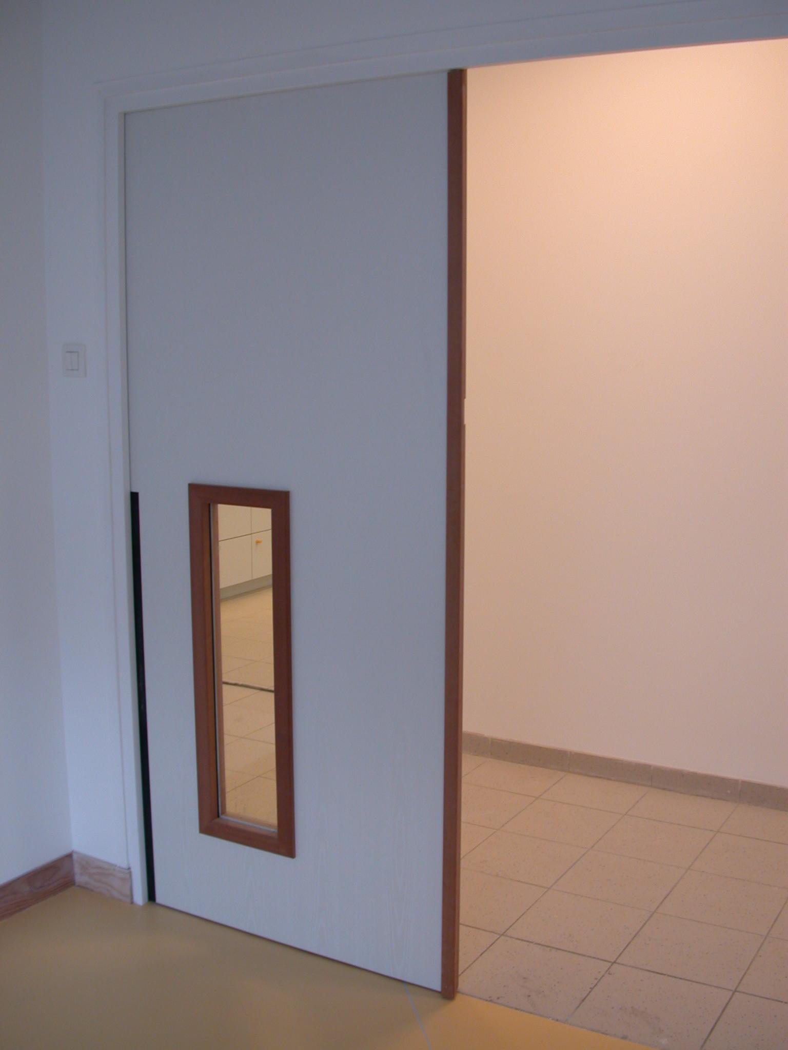 Porte intérieure double vantaux avec une partie vitrée sur le côté
