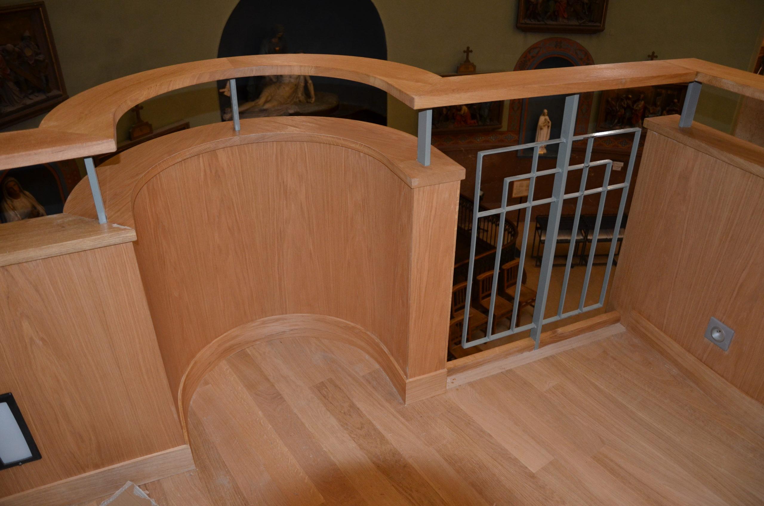 Détail d'une tribune en bois église