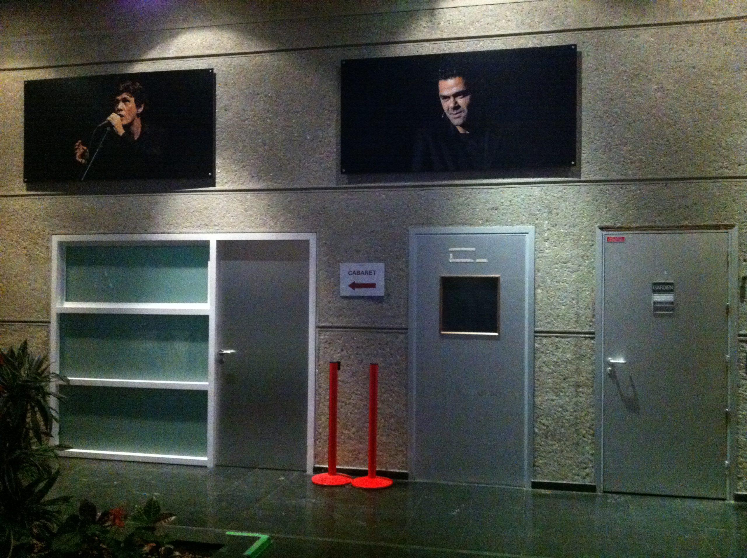 Portes desservant des salles de spectacle