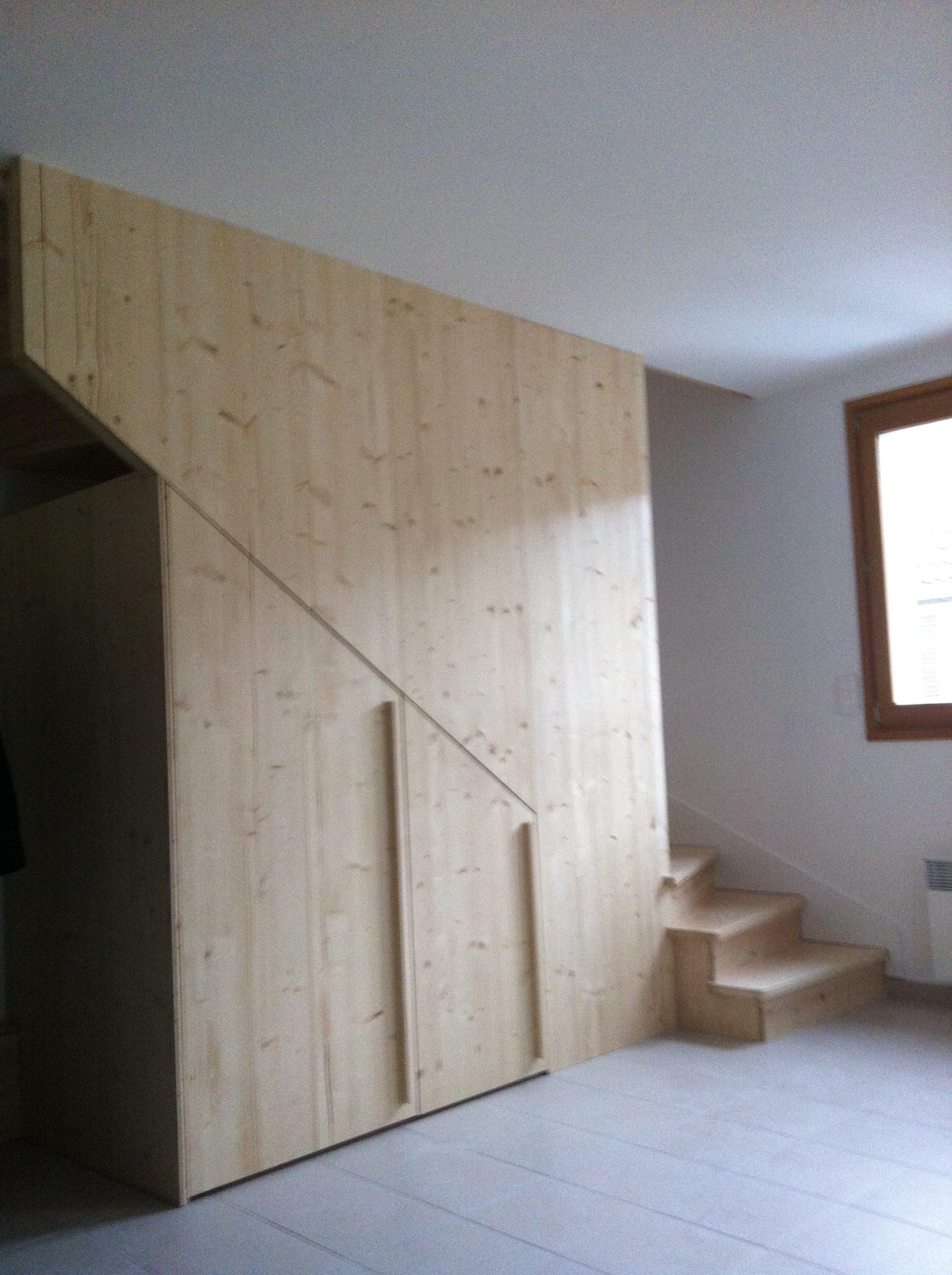 Mur en lambris et rangements sous escalier